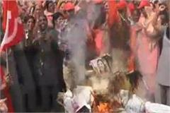 anganwadi workers fluttered pm and cm s effigy celebrating holi celebrations