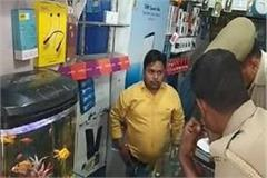 thieves continue to panic mobile shop shutter breaks up to 10 lakhs