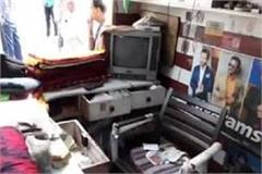 thieves terror in hamirpur four shop lapses broke millions of rupees