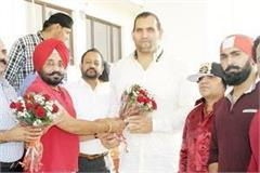 the great khali meets from fans