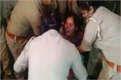 struggling with policemen reached to explain women fighting on road