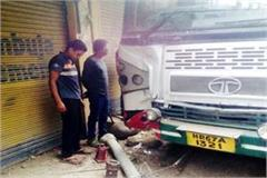 uncontrolled bus collide with the balcony of shop big accident deferes