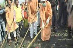 up yogi adityanath joined in the cleaning campaign of gomti river