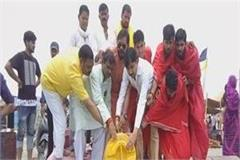 bjp workers worshiped on sangam beach for health benefits of maurya