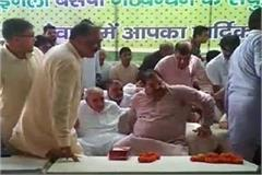 sofa broken on stage when inld leader abhay chautala sit