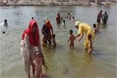 devotees bath in yamuna on second jyesth dussehra festival
