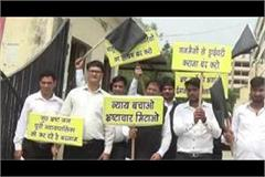 lawyers show black flags to supreme court and high court judges