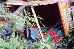 truck overturned full of tomato driver conductor injured