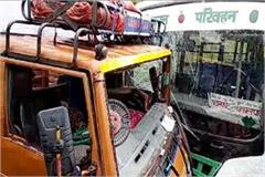 collision between bus tempo 14 people injured including 2 women