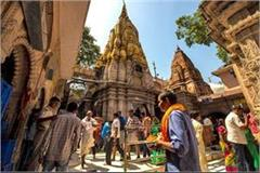 worship of devotees in the kashi vishwanath temple thousands of worship