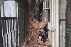lucknow the building collapsed in aminabad after heavy rains