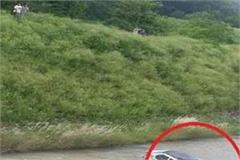 bike rider to collision hit car fall suketi ravine