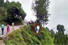 sotne fall on car from mountain fall into ditch stuck with tree