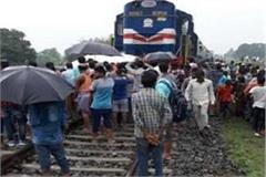 youth killed by train on unmanned crossing in pratapgarh