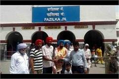 villagers done retired soldiers welcome at railway station