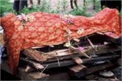 police raised women dead body from pyre in varanasi