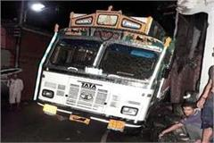 incident on pathankot mandi nh truck enter in drain and shop