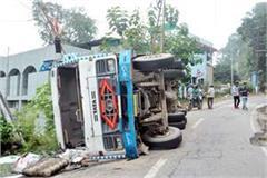 truck overturned national highway big accident defers