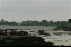 25 people trapped in river of shivpuri mp rescue operations continue