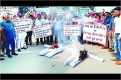 the effigies of the central and punjab government burnt