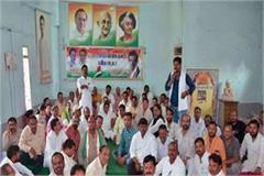 workers meet rahul gandhi s roadshow