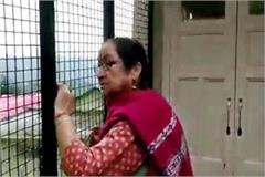 actor anupam kher s mother scare away the monkey at shimla
