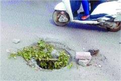 open manhole of sewer causes trouble for people