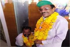 bjp candidate touched the feet of congress candidate