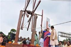 smriti irani inaugurates world tallest spinning wheel