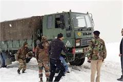 vehicle stranded in rohtang pass