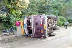 truck overturn on middle of road