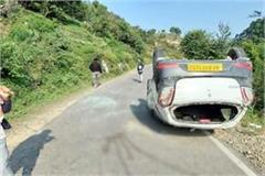 car overturn on middle of road