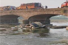 tampo falls in a 50 foot river in maharashtra 7 mps killed