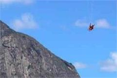 tourist fell into the ditch while paragliding