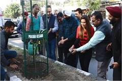 punjab kesari group has installed 400 tree guards in amritsar