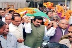 former cm kailash joshi cremated native village shivraj tomar shoulder