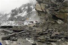 national highway 5 blocked when rocks fall from the hill
