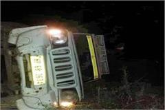 overload pickup jeep fall into ditch