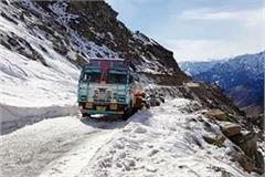 ice storm in rohtang road vehicle stranded