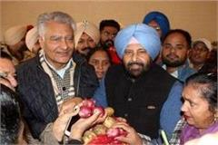 jakhar sent a basket of onion and potatoes to the center government