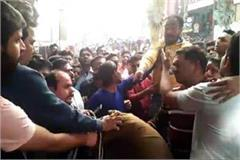 shopkeepers beat policeman faridabad fight video viral