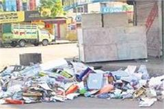 throwing garbage on the road was costly municipal corporation