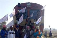 farmers blocked the railway track and blocked the train