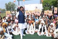 rameshwar bjp s field sit in farmer urea upset kamal nath delhi tourism