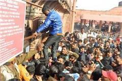 crowds to see the taj mahal