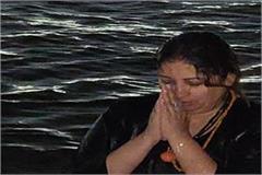 smriti irani made bath in sangam