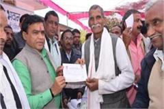 minister lakhan singh is reaching the door to forgive the farmers  debt