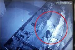80 mobile theft of around rs 8 lakh from the mobile shop cctv recorded