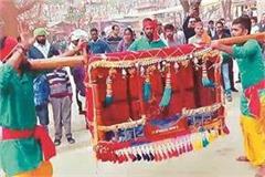 seductive dance of maharashtra attracts surajkund fair
