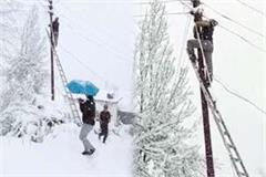 video viral of employees involved in restore the electricity in snowfall